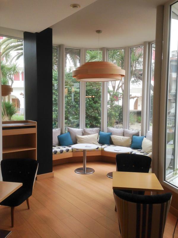 Die Deckenleuchte Bamboo in der XXL-Gr��e im Hotel Helianthal in St Jean de Luz