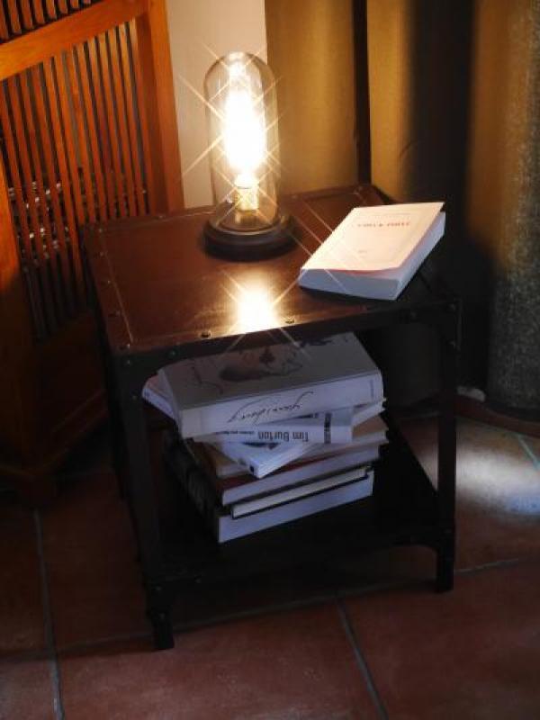 Ein kleiner Tisch, um B�cher mit Liebe zu platzieren