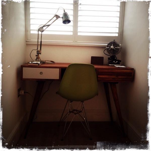 Ich liebe meinen Schreibtisch Stockholm und meine Federleuchte 1955! Wunderbar retro.
