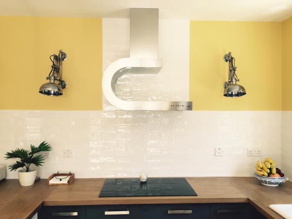 Silberfarbene Wandscherenleuchten in der neuen K�che!