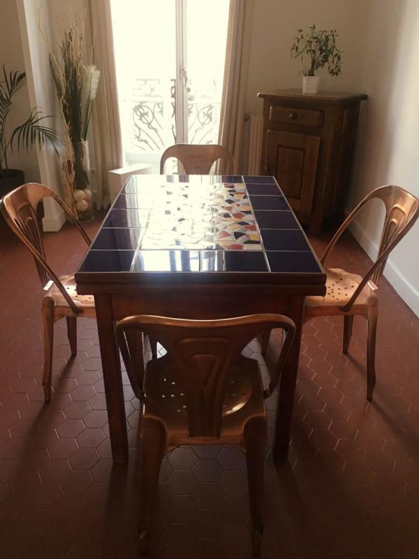 Die vier kupferfarbenen Multipl's Vintage Stühle sind genau wie meine Marseiller Fliesen! Warmes Ambiente.