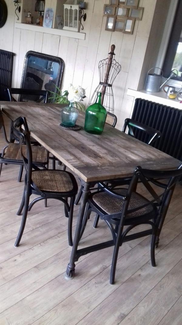 Schöner Tisch im industriellen Stil. So lieben wir es !!