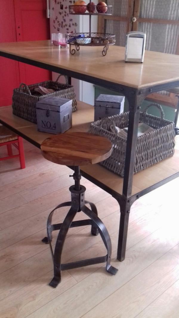 Dieser schöne Stuhl vereint praktischen Wert mit ästhetischem.