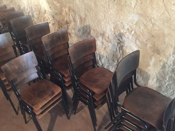 Sehr schöne, gut gemachte und solide Stühle. Wir haben einige, um einen Empfangsraum einzurichten, und wir wurden gerade mit 55 Stühlen für die Gestaltung unseres nächsten Restaurants gebucht. Effiziente und aufmerksame Lieferung!