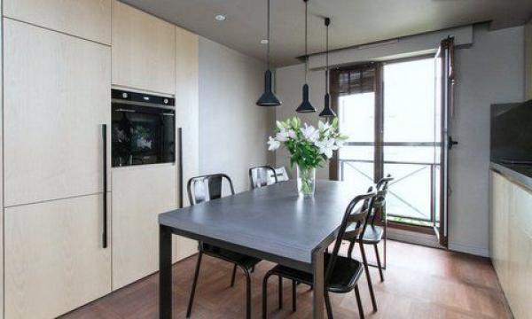 Mischung der schönen dunklen Metallstühle und den Stühlen Propriano. Industriestil mit totalem Sitzkomfort. Esstisch Roche Bobois und die Küche sind vom Architekten Christophe Delcourt konzipiert.