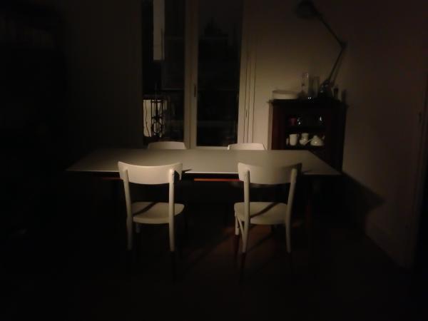 Wir sind richtige fans von unserem Esstisch Fjord! Auf dem Bild ist er von einem alten Filmprojektor beleuchtet. Im Hintergrund eine Jield� Loft Lampe
