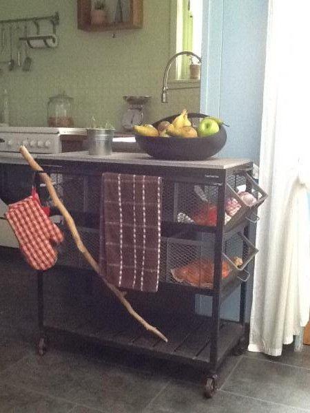 Küchen-Servierwagen aus Blaustein & Metall, der genau in unsere Küche passt!