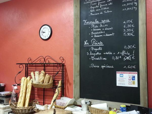 Gro�e Brasserie-Tafel in 115x190cm vor roter Backsteinmauer, die in unserer B�ckerei Kunden begr��t :-)