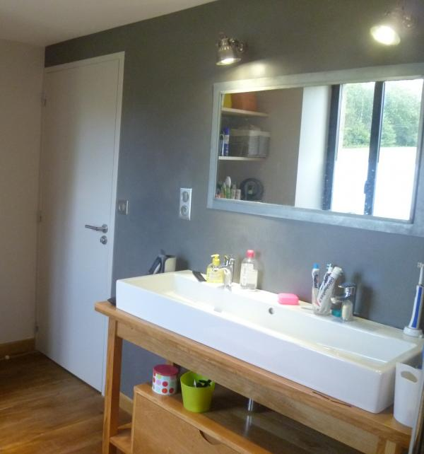 2 Retro-Wandleuchten von PIB-Home, um einen Spiegel mit einem Rahmen in Zink zu beleuchten. Rohstoffe: Holzböden, original Holzwaschtisch, polierte Betonwand...