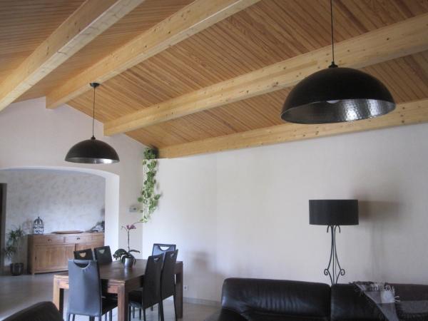 Für dieses Wohnzimmer sind die Deckenleuchten aus eingehämmertem Metall die Beleuchtungen, die gefehlt haben, um Balkendecke und Mischung von Materialien wie Schmiedeeisen, Holz, Leder zu betonen...
