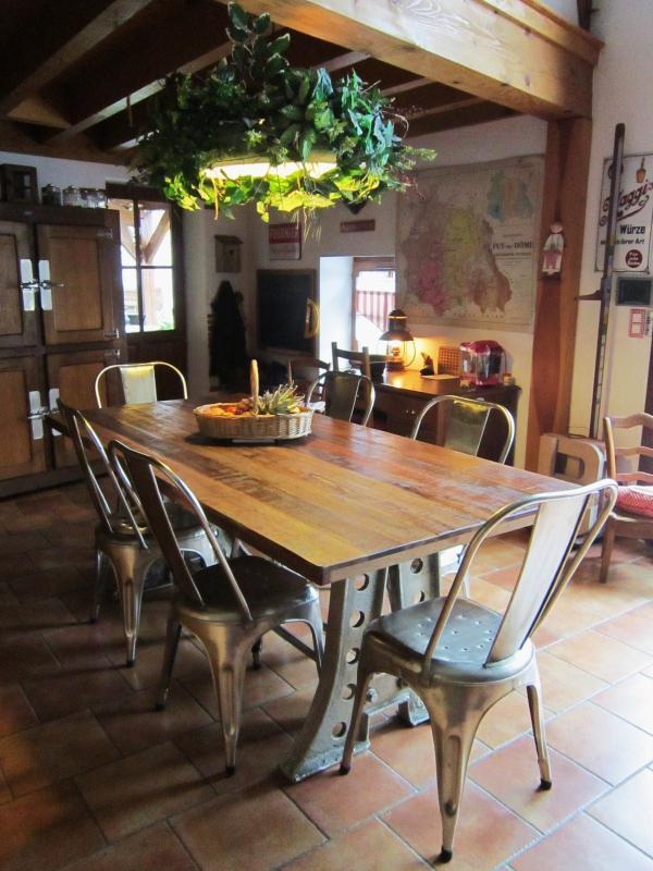 Von meinem Kauf sehr begeistert. Ich liebe die robuste und industrielle Seite des Tisches. Die Mischung aus Edelstahl und Teakholz ist wunderbar. Sie harmoniert perfekt mit dem Stil unseres Hauses....altes Bauernhaus aus Volvic-Stein!