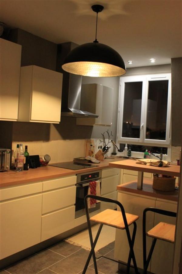 Wir sind sehr zufrieden mit dem Kauf dieses Kronleuchters, der sehr gut in unsere moderne vintage Küche und zu unseren 2 Hockern vom Flohmarkt passt... Ein goldenes Licht, das eine gemütliche Atmosphäre in den Raum bringt!