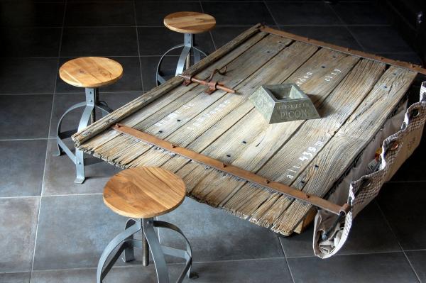 Die Industrie-Hocker Lat�que kombinieren sich perfekt mit dieser alten Stall-T�r unserer Scheune, die nun zum Couchtisch umgewandelt wurde.