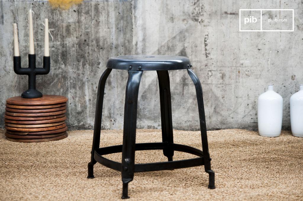 atelier hocker mit matt schwarzen nieten pib. Black Bedroom Furniture Sets. Home Design Ideas