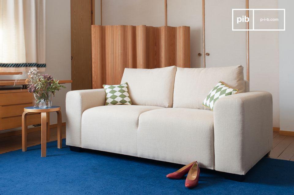 Ein Sofa mit raffinierten Linien, inspiriert von Art-Deco, mit einem bequemen Sitz.