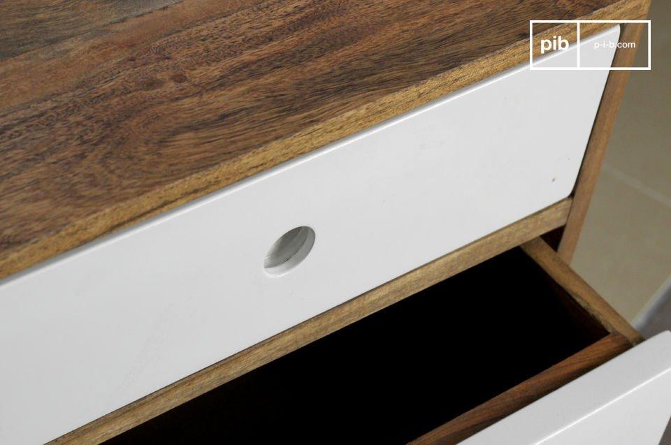 In den drei auf Laufrollen montierten und mehr als 40 cm tiefen Schubladen kann viel verstaut werden