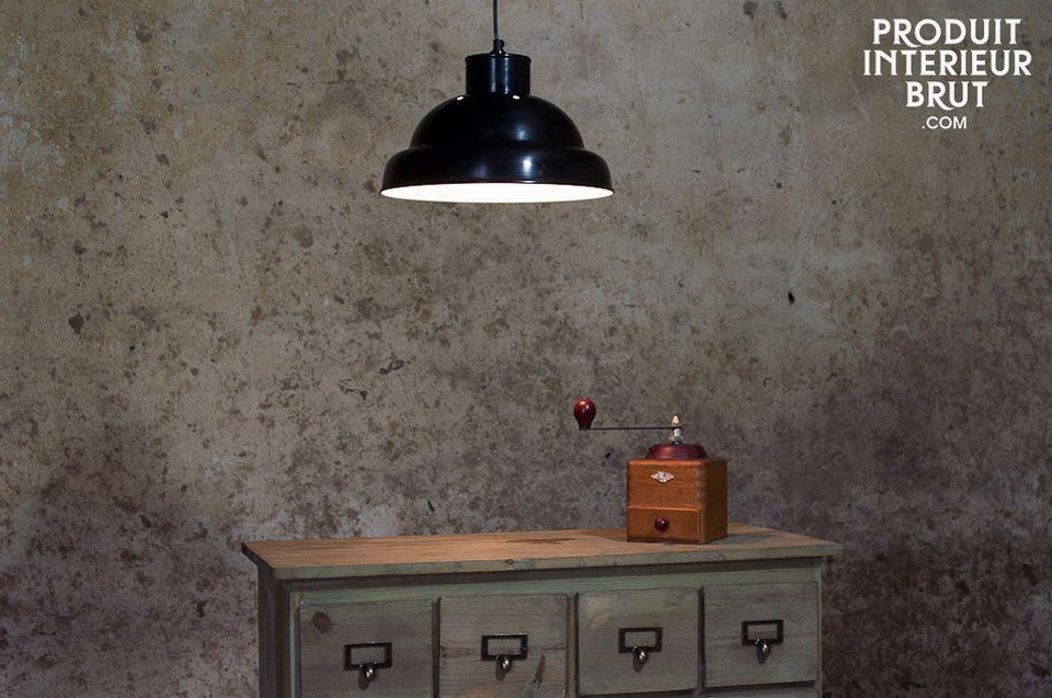 Diese schwarze Hängeleuchte erinnert an die Beleuchtung früherer Werkstätten und verleiht Ihrem