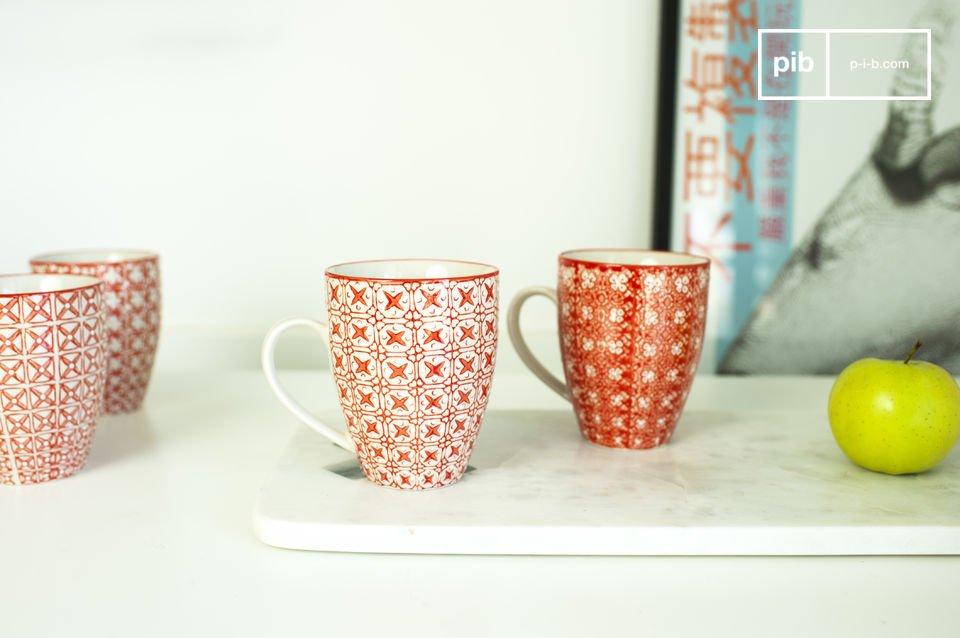 Schöne Tassen mit romantischen Dekoelementen