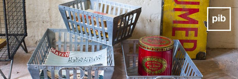 Alte Sammlung von kisten und körbe industriel