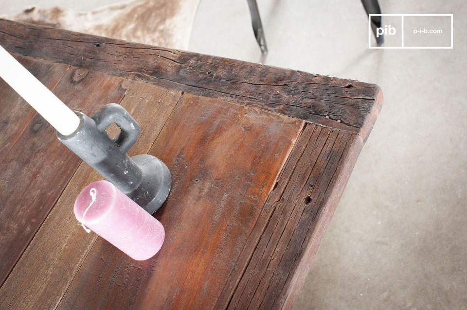 Mit seiner Struktur aus Grauguss und der dicken Teakholzplatte ist dieser Tisch ein echtes Unikat