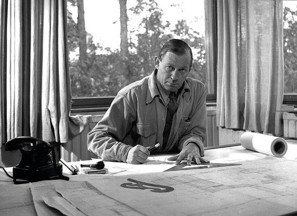 Alvar Aalto hinter seinem Tisch