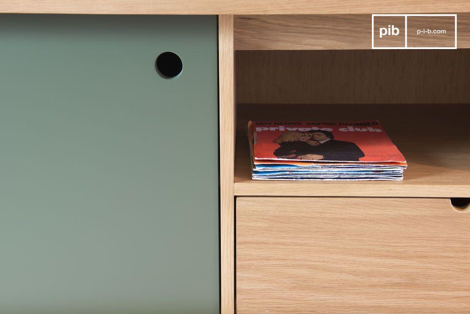 Ein schönes Holzmöbel, welches ein sorgfältiges Design aufweist