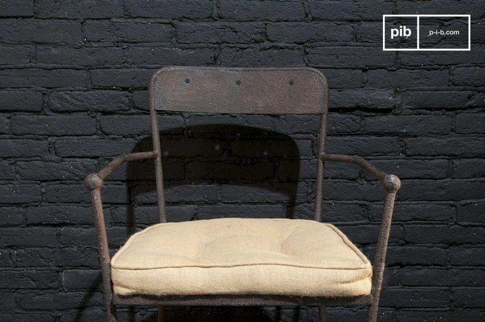 Ein robuster Metallstuhl mit einer stilvollen braunen Ausführung, der viel Komfort bietet