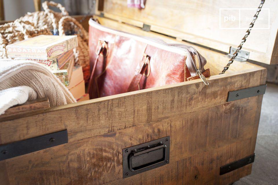 Inspiriert von traditionellen Koffern zur Lagerung wurden die Proportionen dieser großen Truhe