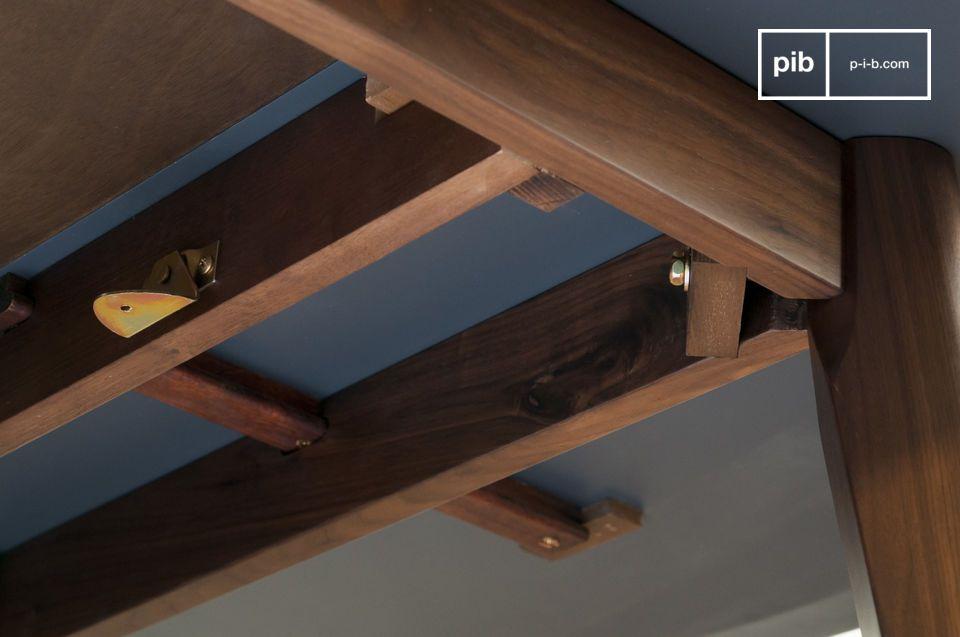 Die Tischbeine sind aus massivem Nussholz