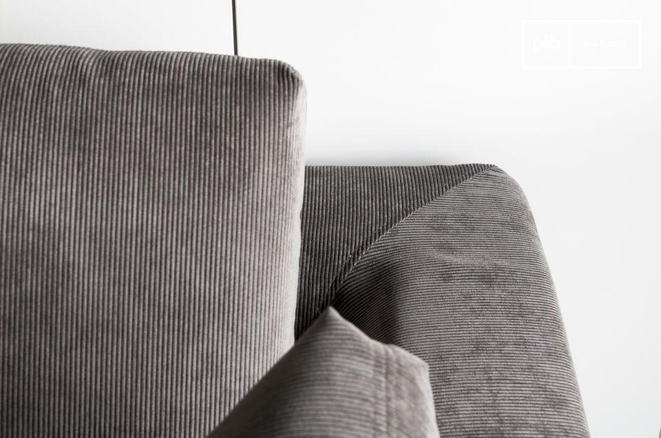 Es bietet ein 60er Jahre Design und kommt mit Füßen aus Chrom