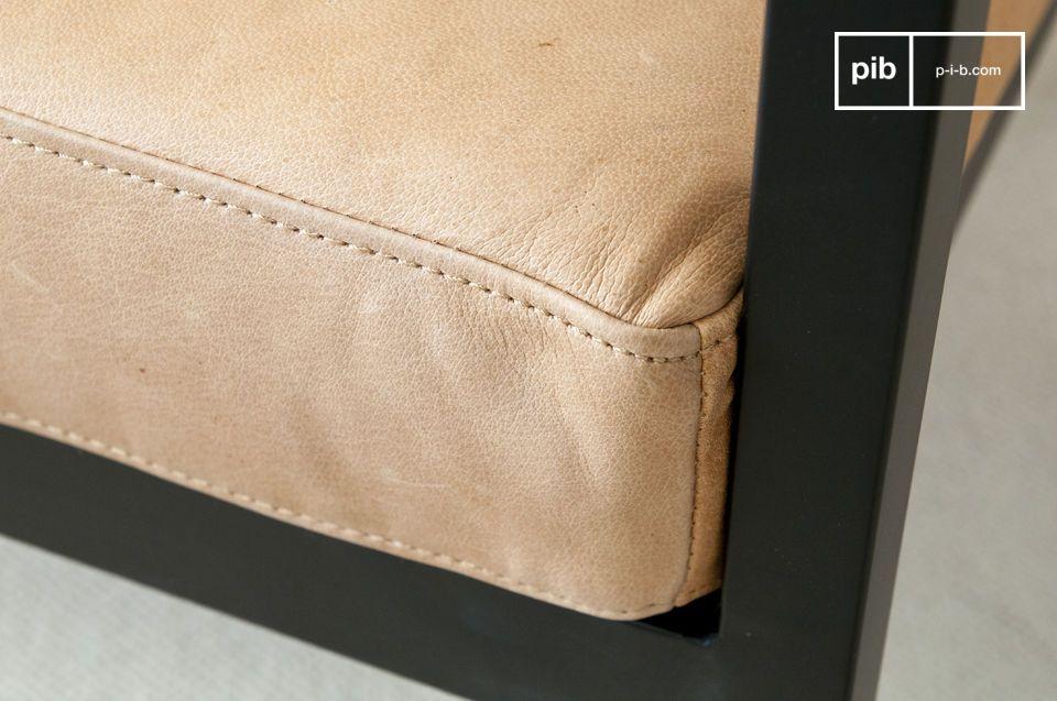 Der Sitz ist mit einer Schaumstoffpolsterung versehen und die Rückenlehne ist sehr weich