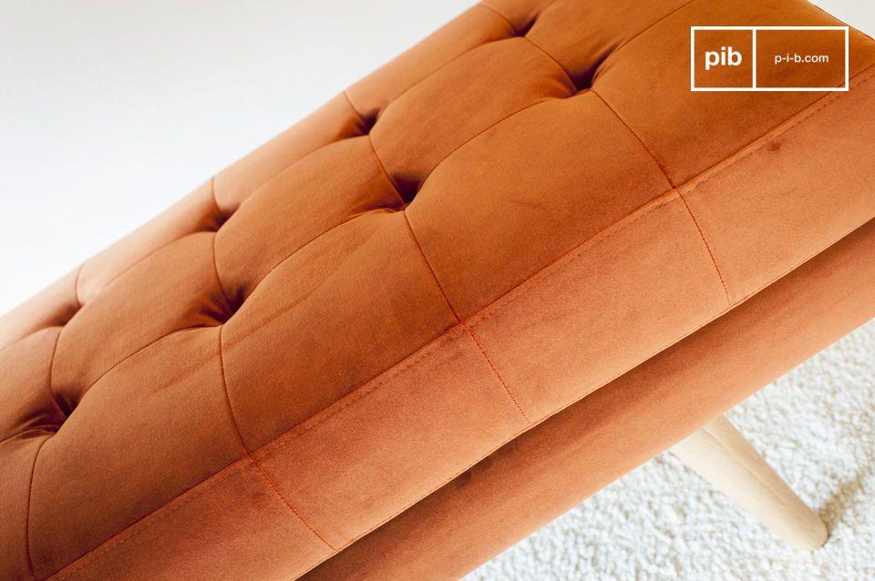 Die Bank Elmas aus Samt ist das perfekte Modell, um Farbe und Charakter in Ihr Interieur zu bringen