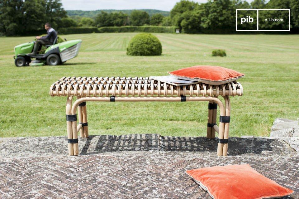 Die Holzfüße sind bei den Ecken leicht gebogen und schenken diesem Möbel dank der Doppelfüße