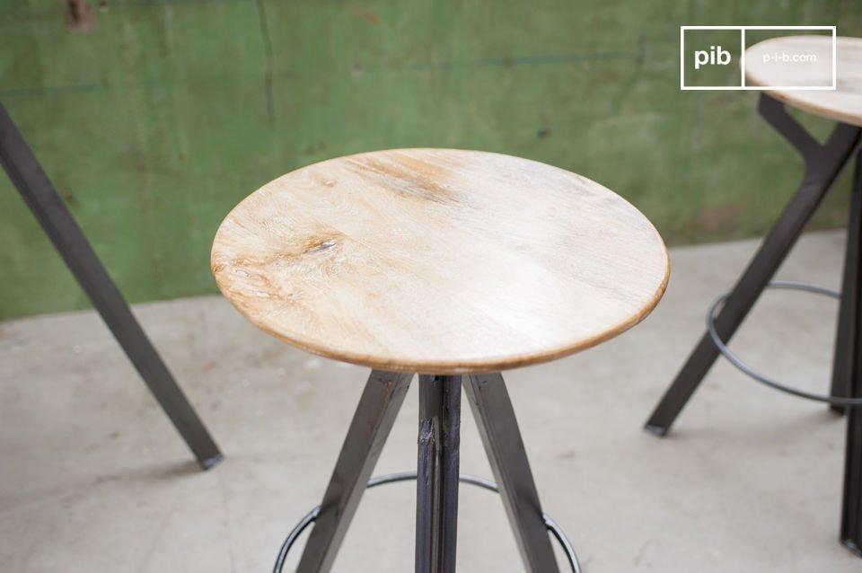 Ein hoher Sitz aus Mangoholz und metallischen Füßen