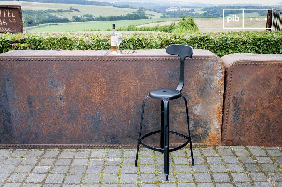 Ein Barstuhl, der Komfort und klassischen Industriestil vereint