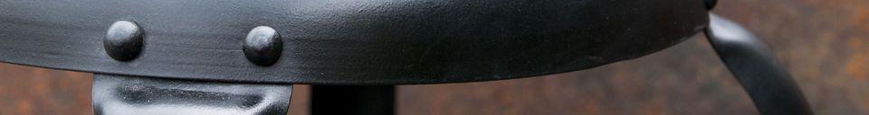 Materialbeschreibung Barstuhl mit schwarzen Nieten