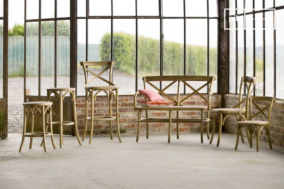 Der Stuhl Pampelune besteht komplett aus Ulmenholz