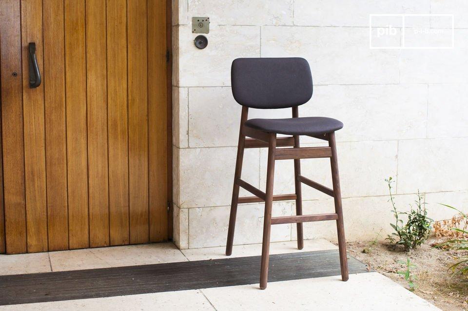 Der Stuhl Rainssön besteht komplett aus massivem Nussholz und ist besonders stabil