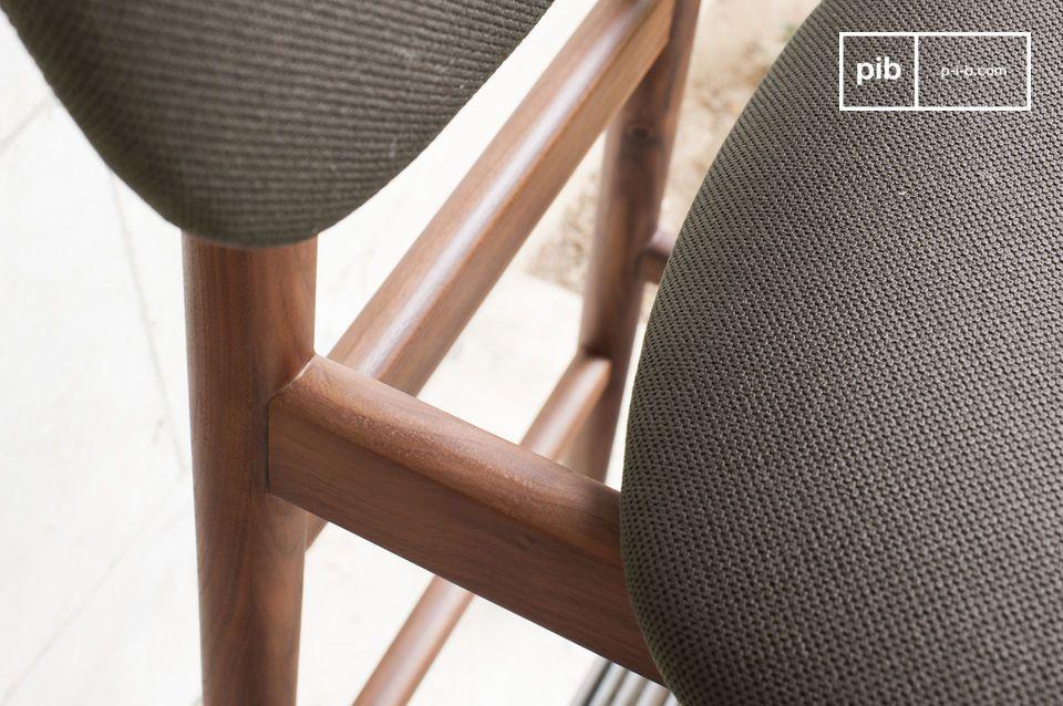 Ein komfortabler Stuhl, perfekt für eine Bar oder rund um einen Stehtisch