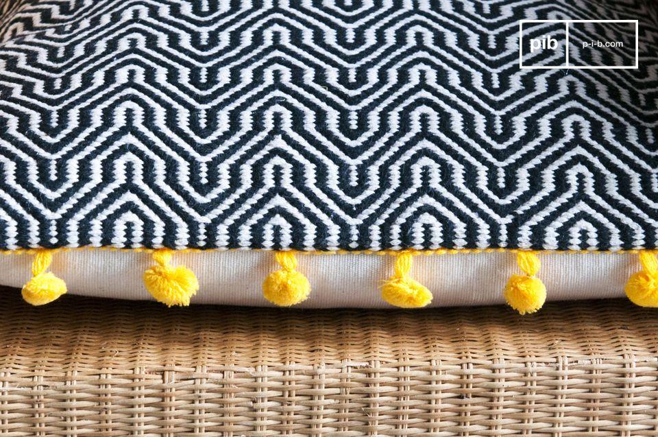 Handgewebte geometrische Muster und bunte Pompons