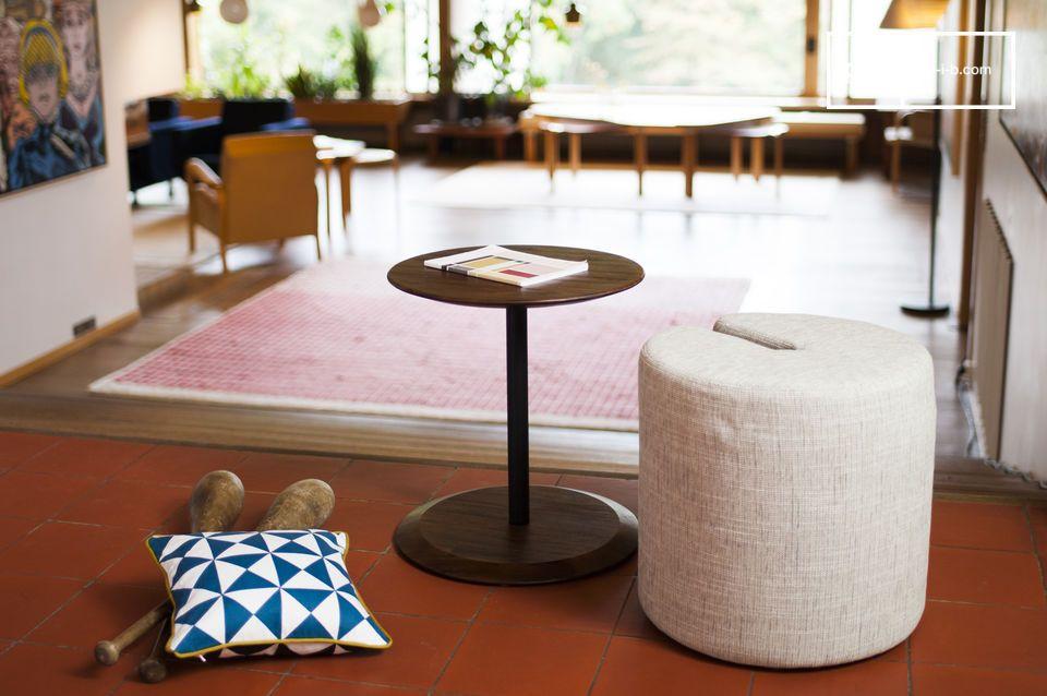 Ein kleines praktisches Möbelstück, das eine zustäzliche Sitzgelegenheit bringt ohne dabei Platz wegzunehmen