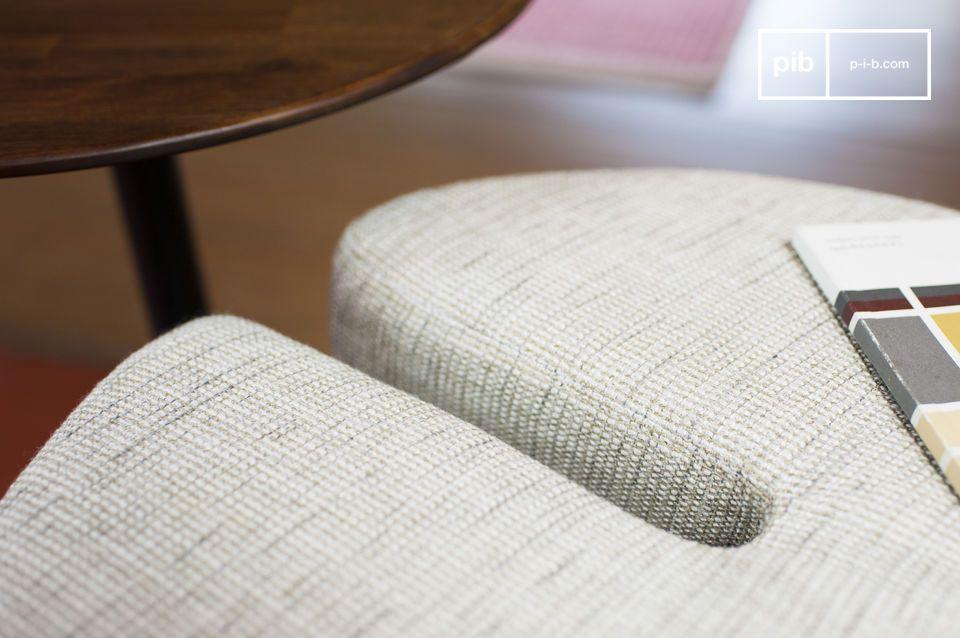 Der Beistelltisch - Hocker Victor weist einen schönen Kontrast auf mit dem dunklen Akazienholz und