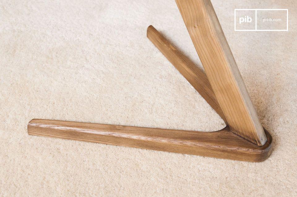 Ein grafischer Beistelltisch aus Holz oder Nachttisch