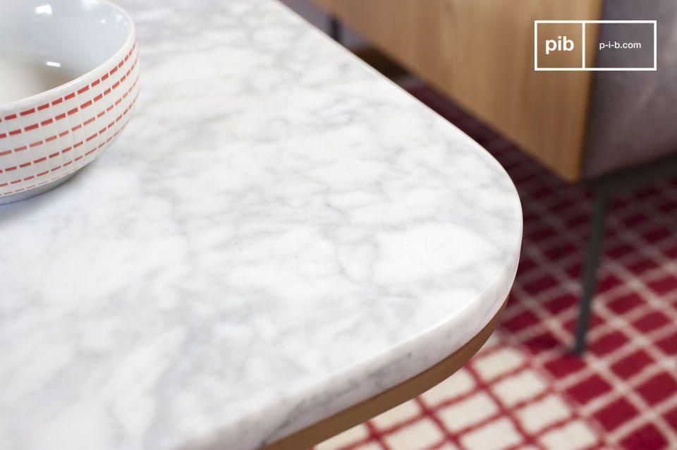 Die Eleganz dieses Beistelltisches aus weißem Marmor wird durch das goldene Messing noch verstärkt