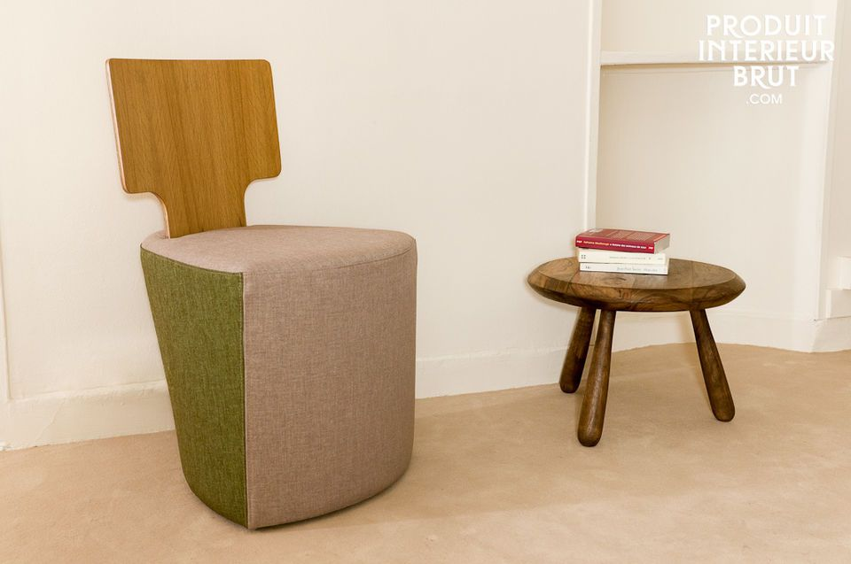 Dieser dreibeinige Beistelltisch ist nach dem Vorbild der Möbel der Mitte des 20