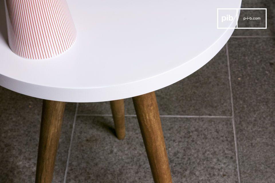 Die Eleganz der drei Tischfüße und der makellosen Tischplatte