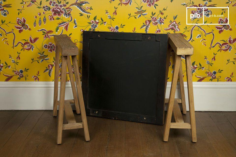 Dieser aus Edelholz gefertigte Beistelltisch ist ideal an den beiden Enden einer Couch oder als