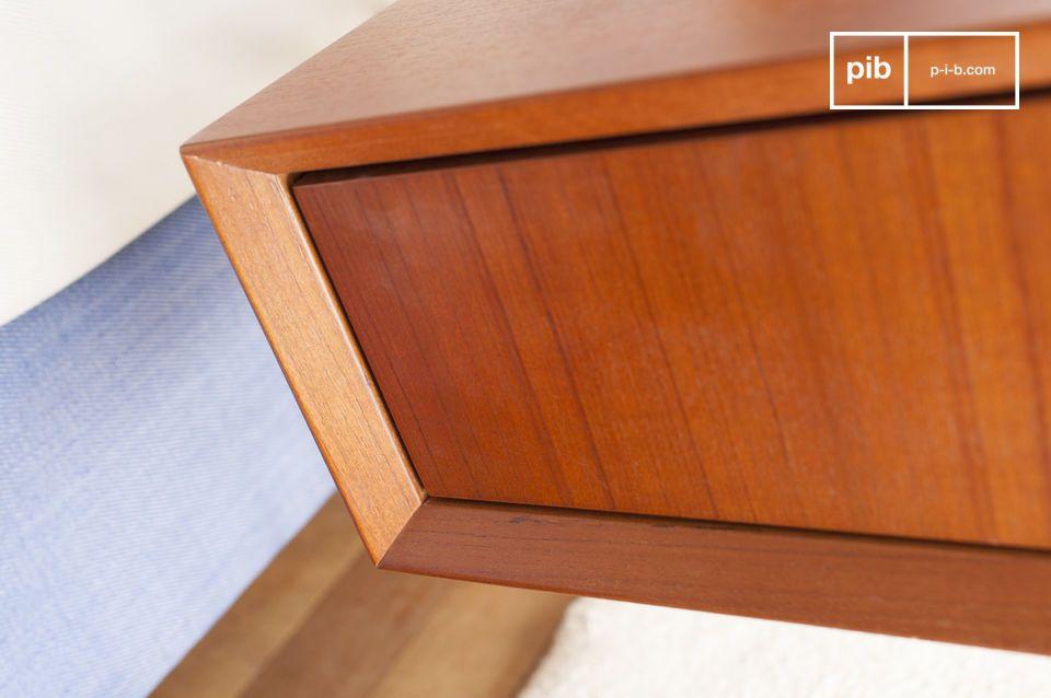 Mit seiner rechteckigen Form und seiner großen Schublade ist dieser kleine Holztisch von dem Design