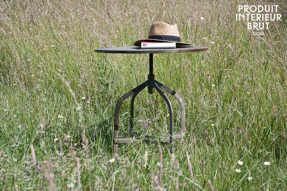 Dieser runde Tisch besteht zu 100 % aus robustem Metall mit rostgrünem Finish und