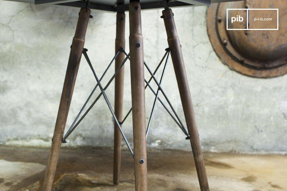 Der Bistrotisch Bender kombiniert Eleganz voller Finesse mit einzigartigem industriellen Design